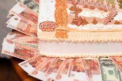 Kuchen in Form von russischen Bezeichnungen von fünf tausend Rubeln Stockfotos