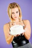 Kuchen: Frau hält heraus Kuchen mit einzelner Kerze lizenzfreies stockfoto