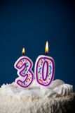 Kuchen: Geburtstags-Kuchen mit Kerzen für 30. Geburtstag Lizenzfreie Stockfotos