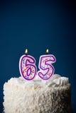 Kuchen: Geburtstags-Kuchen mit Kerzen für 65. Geburtstag Lizenzfreies Stockfoto