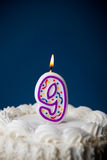 Kuchen: Geburtstags-Kuchen mit Kerzen für 9. Geburtstag Lizenzfreies Stockbild