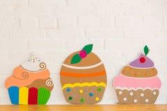 Kuchen gemacht vom Papier auf weißem Hintergrund Lizenzfreie Stockfotos