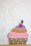 Kuchen gemacht vom Papier auf weißem Hintergrund Stockfotos