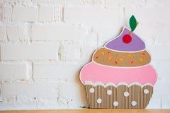 Kuchen gemacht vom Papier auf weißem Hintergrund Lizenzfreie Stockbilder