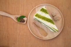 Kuchen grünen Tees Matcha in der hölzernen Platte Lizenzfreie Stockfotos