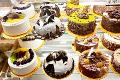 Kuchen im Fenster Lizenzfreie Stockfotos