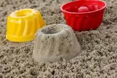 Kuchen im Sandkasten stockfotografie