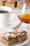 Kuchen, Kaffee u. Weinbrand Lizenzfreie Stockfotos
