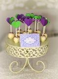 Kuchen-Knalle auf geschnitztem roundel Stockfotos