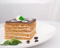 Kuchen medovik auf der Platte Lizenzfreies Stockbild