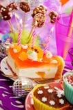Kuchen mit auf Geburtstagsfeiertabelle für Kind Stockfotos