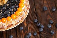 Kuchen mit Beeren auf dem Holztisch Lizenzfreies Stockfoto