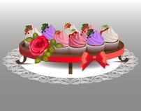 Kuchen mit Beeren auf einem Behälter Stockfotos