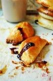 Kuchen mit Beeren und einer Schale Kakao Lizenzfreies Stockbild