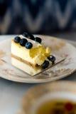 Kuchen mit Blaubeeren auf einer Weinleseplatte lizenzfreies stockfoto