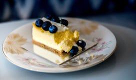 Kuchen mit Blaubeeren auf einer Weinleseplatte stockbilder
