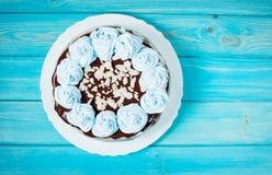 Kuchen mit blauer Creme auf hölzernem Hintergrund Blauer Kuchen Stockbilder