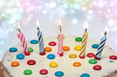 Kuchen mit brennenden Kerzen, Stockbild