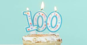 Kuchen mit brennenden Kerzen als Nr. hundert stock footage