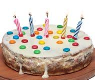 Kuchen mit brennenden Kerzen, lokalisierter weißer Hintergrund Lizenzfreies Stockfoto