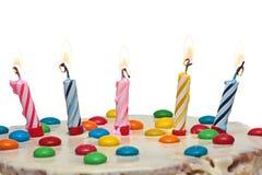 Kuchen mit brennenden Kerzen, lokalisierter weißer Hintergrund Lizenzfreie Stockfotografie