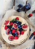 Kuchen mit buttercream Bereifen lizenzfreie stockfotografie