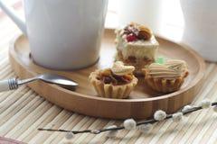 Kuchen mit Buttercreme und einer Schale Lizenzfreie Stockbilder