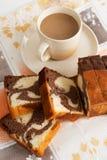 Kuchen mit Cappuccino lizenzfreie stockfotos