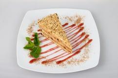 Kuchen mit Creme und Erdbeeren Lizenzfreies Stockfoto