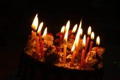 Kuchen mit dem Beleuchten der Kerze Lizenzfreies Stockfoto