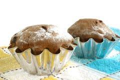 Kuchen mit den Rosinen lokalisiert auf weißem Hintergrund Stockfotos