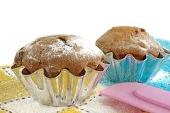 Kuchen mit den Rosinen lokalisiert auf weißem Hintergrund Stockbilder
