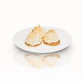 Kuchen mit drei Meringen auf einer Platte Stockfotografie