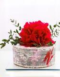 Kuchen mit einer großen Blumendekoration Stockbilder