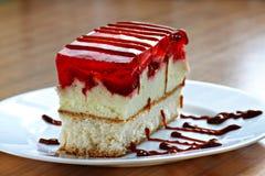 Kuchen mit Erdbeeren lizenzfreies stockbild