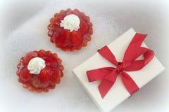 Kuchen mit Erdbeeren und einem Geschenk Stockfoto