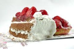 Kuchen mit Erdbeeren und Schokolade auf einem weißen Hintergrund Lizenzfreie Stockfotografie