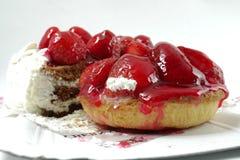 Kuchen mit Erdbeeren und Schokolade auf einem weißen Hintergrund Lizenzfreie Stockbilder