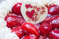 Kuchen mit Erdbeerherz-Formschokolade Lizenzfreies Stockfoto