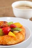 Kuchen mit frischen Früchten und Kaffeehintergrund Stockfotos