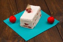 Kuchen mit frischer Kirsche auf hölzernem Hintergrund Stockfoto