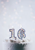 Kuchen mit Geburtstag der Kerzen-For16th Stockfotos