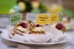 Kuchen mit Glückwünschen lizenzfreie stockbilder