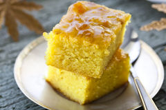Kuchen mit Grieß und Stau Stockfotos