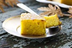 Kuchen mit Grieß und Stau Lizenzfreie Stockbilder
