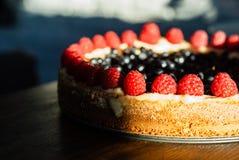 Kuchen mit Himbeeren und Blaubeeren auf dem Tisch lizenzfreies stockbild