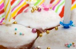 Kuchen mit Kerzen Stockfotografie
