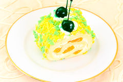 Kuchen mit Kirschen, kleiner Kuchen auf hölzernem Hintergrund Stockbilder