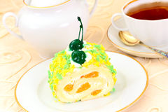 Kuchen mit Kirschen, kleiner Kuchen auf hölzernem Hintergrund Lizenzfreie Stockfotografie