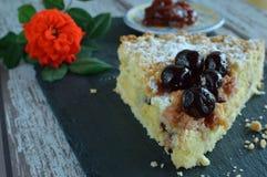Kuchen mit Kirschmarmelade stockfoto
